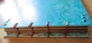 Hier wurde die Bindung mit zwei langen  Fäden und vier Nadeln gemacht.